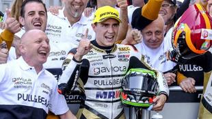 Albert Arenas celebra su triunfo con el equipo.