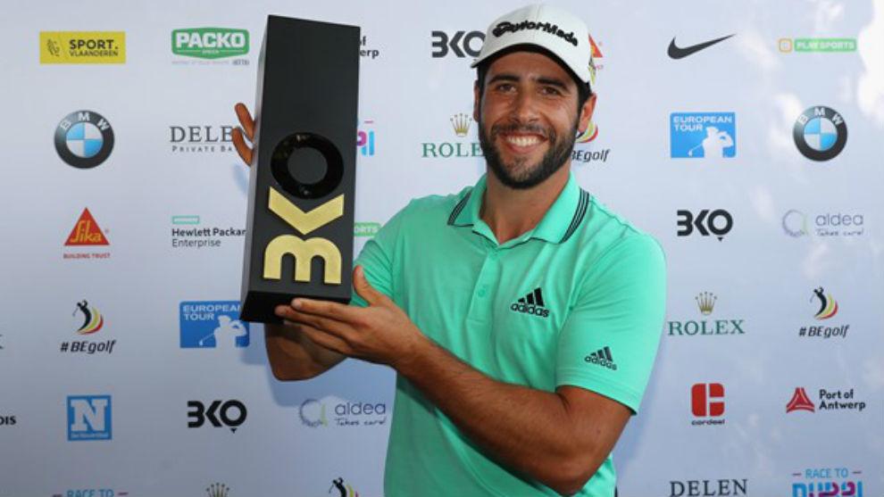 Adrián Otaegui posa con el trofeo.