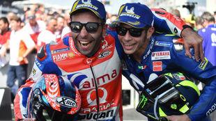 Petrucci y Rossi celebran el podio en el GP de Francia.
