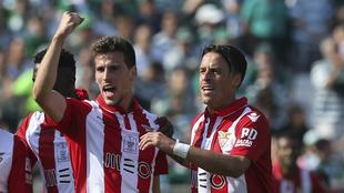 Los jugadores del Desportivo Aves celebran uno de los dos goles al...