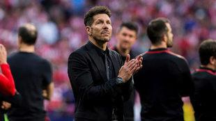 Simeone aplaude en la despedida de Fernando Torres.