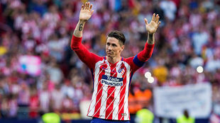 Fernando Torres saluda a la afición del Atlético de Madrid.
