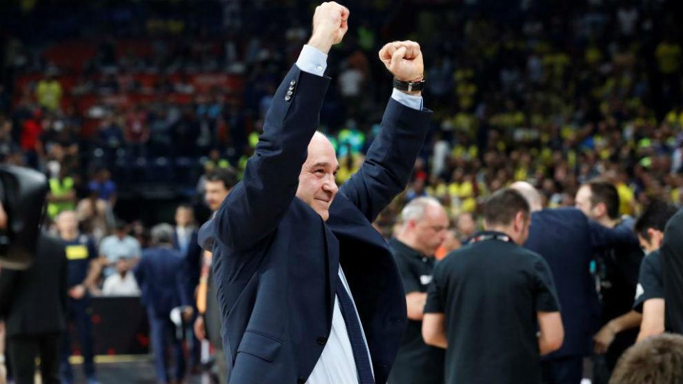 Pablo Laso alza los brazos tras conquistar la Euroliga