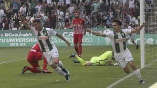 Guardiola y Aguado celebran el decisivo gol del Córdoba en el derbi