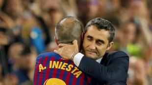 Valverde abraza a Iniesta después de cambiarle en su último partido.