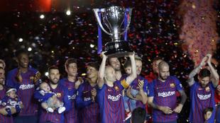 Iniesta levanta la copa de campeón de Liga