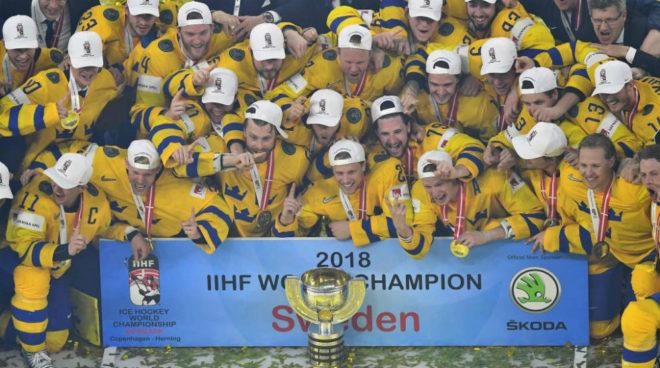 La selección sueca celebra el título.