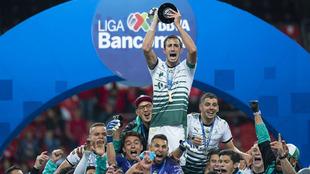 Carlos Izquierdoz levanta el trofeo