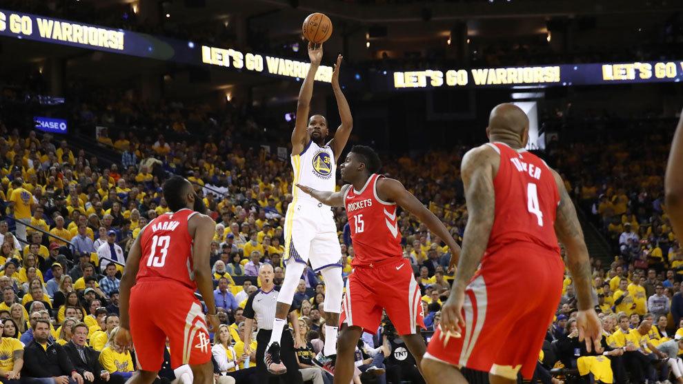 Kevin Durant lanza ante la defensa de los Rockets