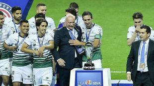 Enrique Bonilla entregó el trofeo de campeón al Santos.