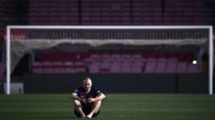 Iniesta, con el Camp Nou vacío, tras su último partido con el Barça