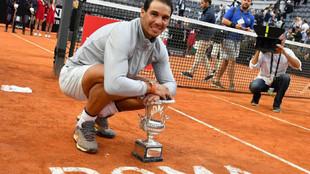Nadal posa con el trofeo conquistado en el Foro Itálico de Roma