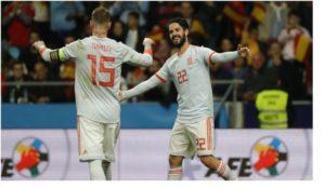 Ramos e Isco celebran uno de los seis goles a Argentina en el Wanda.