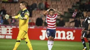 Machis se lamenta ante Alberto de una ocasión fallada en el partido...