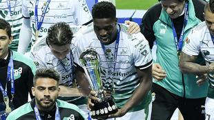 El africano levantó el trofeo de campeón