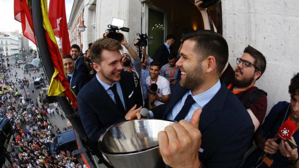 Luka Doncic junto a Felipe Reyes en el balcón de la Comunidad de...