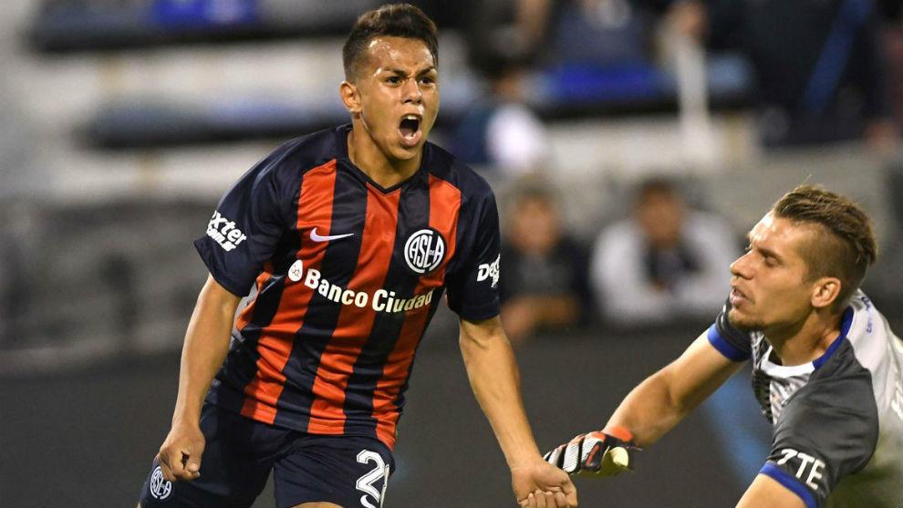 'Perrito' Barrios celebra un gol con San Lorenzo.