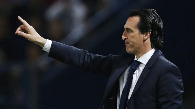 Emery da órdenes como entrenador del PSG.