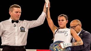Joana Pastrana con su cinturón de campeona de Europa