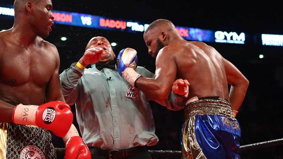 El árbitro Ian John-Lewis recibió un puñetazo de Badou Jack durante...