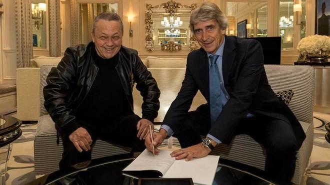 Pellegrini firma el contrato junto a David Sullivan.