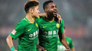 Bakambu es abrazado por Yu Yang tras uno de sus goles esta temporada...