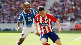 Naldo pugna con Gameiro en el último Atlético-Espanyol.