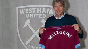 Pellegrini posa con la playera del West Ham