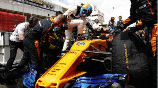 Fernando Alonso, accediendo a su MCL33 antes del Gran Premio de...
