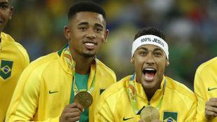 Neymar celebra con Gabriel Jesus el oro en Rio 2016.
