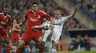 Albert Riera pugna una pelota durante el partido entre Real Madrid y...
