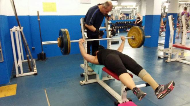 Montse Alcoba entrenándose en su gimnasio.