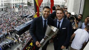 Felipe Reyes y Luka Doncic posan junto a la Euroliga en el palco de la...