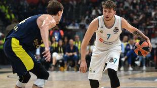 Luka Doncic bota el balón delante de Jan Vesely