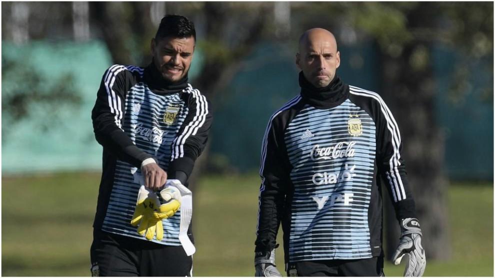 Sergio Romero, junto a Caballero en un entrenamiento de Argentina.