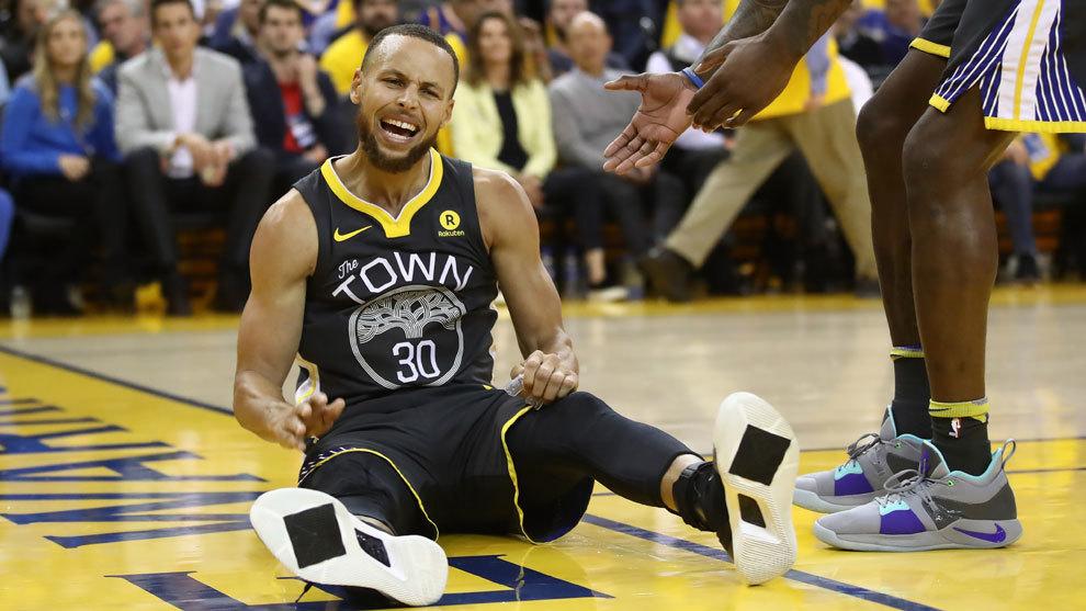 Curry protesta una jugada desde el suelo