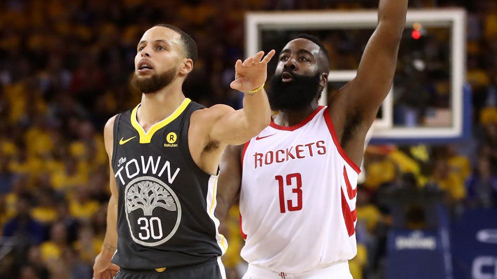 Harden lanza ante la mirada de Curry