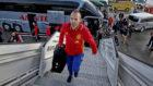Andrés Iniesta se sube a un avión en una convocatoria con la...