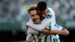 Tello se abraza a Loren tras un gol del canterano.