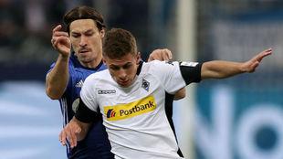 Thorgan Hazard protege un balón en un Gladbach-Schalke 04.