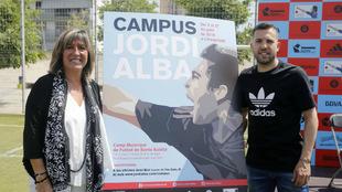 Jordi Alba y la alcaldesa de Hospitalet, Núria Marín, en la...