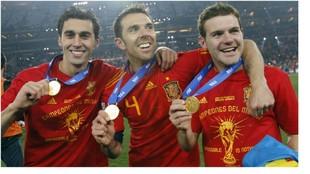 Arbeloa, Marchena y Mata, con la medalla de campeones del mundo en el...