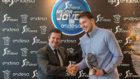 Borja Prado, presidente de Endesa, entrega el premio a Luka Doncic