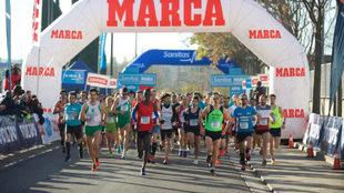 Decenas de corredores toman la salida en la Sanitas MARCA Running...