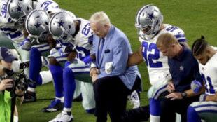 Jerry Jones y los Cowboys protestando
