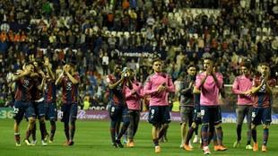 Los jugadores del Levante saludan a la afición tras el partido contra...