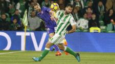 Brasanac golpea un balón en presencia de Amat el Leganés y Betis.