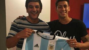 Maxi Meza con su representante, Sergio Carrizo, con la camiseta de...