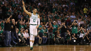 Tatum celebra un triple de los Celtics