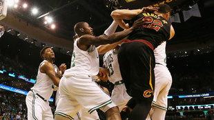 Los jugadores de los Celtics rodean a Larry Nance